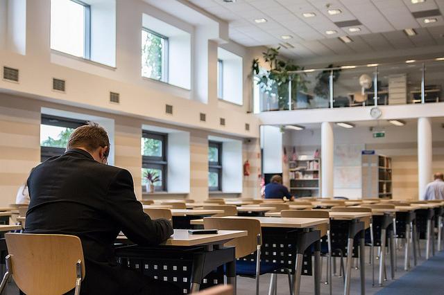 夏の図書館と冬の図書館の意外な空気の違いについて
